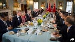 美国国务卿蒂勒森和国防部长马蒂斯与中国国务委员杨洁篪和中共中央军委联合参谋部参谋长房峰辉在美国国务院进行会谈(2017年6月21日,美国国务院图片)