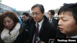 8일 출근하는 길에 기자들의 질문공세를 받는 최대석 ㄱ이화여대 교수. 한국 대통령직 인쉬위 대변인은 최대석 외교국방통일분과 위원이 12일 사의를 표명했다고 밝혔다.(자료사진)