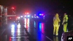 Los bomberos de Cal Fire San Diego trabajan en la escena de un accidente en la carretera interestatal 8 en Campo, California.
