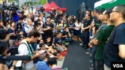 Para pemimpin demonstran pro-demokrasi Hong Kong (kanan) mengadakan konferensi pers, Kamis (9/10).