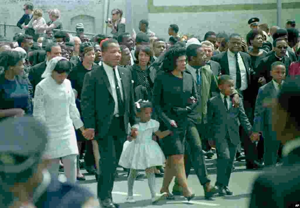 Coretta Scott King, au centre, veuve de Martin Luther King, marche dans le cortège funèbre avec ses enfants à Atlanta, Géorgie, le 9 avril 1968.