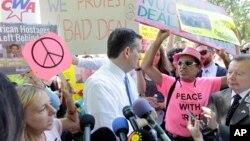 سخنرانی سناتور تد کروز در تظاهرات پنجشنبه در واشنگتن، توسط یک گروه ضدجنگ برای دقایقی متوقف شد - ۱ مرداد ۱۳۹۴
