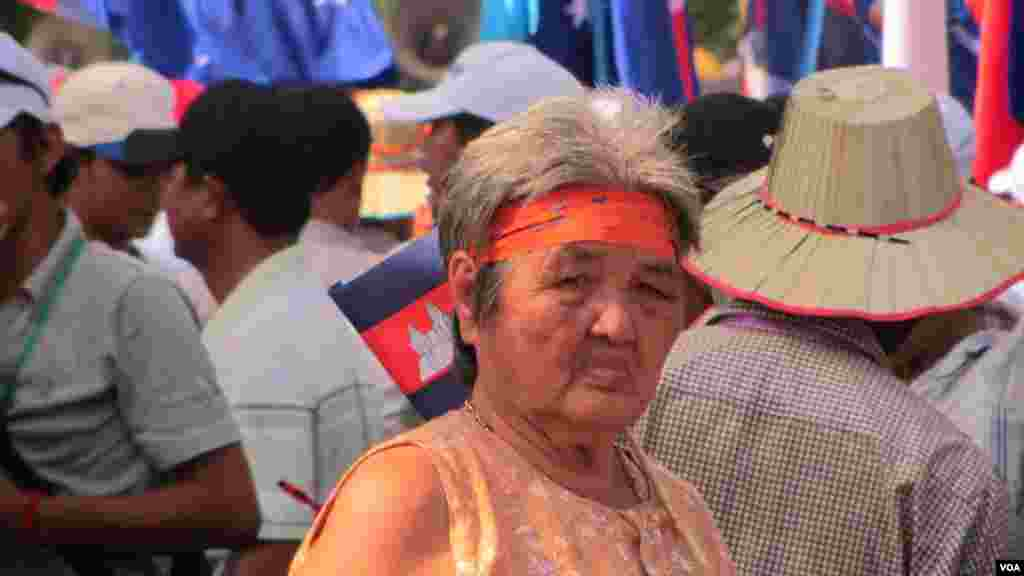 "A Cambodia National Rescue Party (CNRP) supporter wears a ribbon that reads ""When there is justice, there is peace,"" Phnom Penh, Oct. 23, 2013. (Khoun Theara/VOA Khmer)"