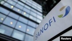 Logo Sanofi di kantor pusat Paris, 30 Oktober 2014. (Foto:dok)