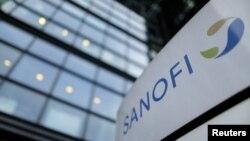 Logo Sanofi di depan pintu masuk kantor pusat perusahaan pembuat obat-obatan asal Perancis. (REUTERS/Christian Hartmann/File Photo)