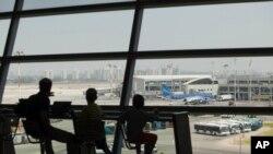 يکروز پس از حمله يکی از موشکهای حماس که در نزديکی فرودگاه بینالمللی بنگوریون اصابت کرد، و اداره هواپيمايی فدرال ايالات متحده پرواز به اين فرودگاه را بمدت ۲۴ ساعت متوقف کرد، اسرائیلیها در در انتظار سوار شدن هواپيما هستند – ۲۳ ژوئيه (۱ مرداد)