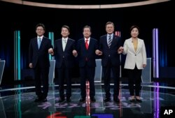 South Korean presidential election candidates (from left) Yoo Seung-min of the Bareun Party, Ahn Cheol-soo of the People's Party, Hong Joon-pyo of the Liberty Korea Party, Moon Jae-in of the Democratic Party of Korea and Sim Sang-jung of the Justice Party, pose before a televised debate in Seoul Sunday, April 23, 2017.