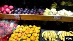 菲律宾总统访华前夕,中国解除了对菲律宾香蕉、菠萝等农林水产品长达四年的进口禁令。(美国之音朱诺拍摄,2016年10月12日)