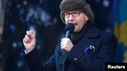 우크라이나 제1야당인 '조국당' 아르세니 야체뉵 대표가 2일 키예프에서 열린 반정부 시위 현장에서 연설하고 있다.