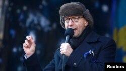 Pemimpin oposisi Arseny Yatsenyuk menyampaikan pidato dalam aksi protes anti-pemerintah di pusat kota Kyiv (2/2).