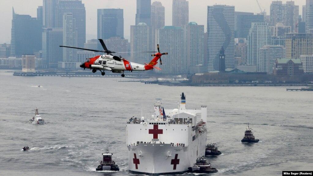 Tàu bệnh viện USNS Comfort đến cảng New York ngày 30/3/2020.