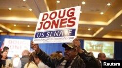 Un partisan démocrate célébrant la victoire de Doug Jones à Birmingham, Alabama, le 12 décembre 2017.