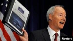 2일 '총기안전대책' 보고서를 발표하는 아사 허친슨 전 공화당 하원의원.