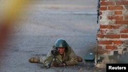 4月15日一名乌克兰军人瞄准在东部一空军基地前抗议的亲俄人士