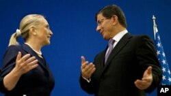 美國國務卿克林頓與土耳其外長達武特奧盧,在伊斯坦布爾聯合記者會後商談