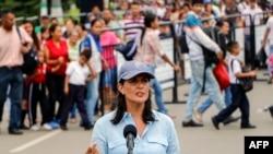 Nikki Haley, ambassadeur des Etats-Unis auprès des Nations Unies, s'adresse au pont international Simon Bolivar à Cucuta, en Colombie, à la frontière avec le Venezuela, le 8 août 2018.