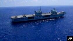 """资料照片:英国""""伊丽莎白""""号航母行驶在地中海。(2021年6月20日)"""