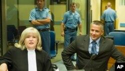 那瑟尔·欧利克(右)2008年7月3日在荷兰海牙法庭受审时与律师在一起。