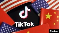 2020年7月16日美国和中国国旗中的TikTok徽标。
