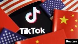 在中國和美國旗幟中的TikTok標識。