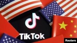 Les drapeaux de la Chine et des États-Unis sont visibles près d'un logo TikTok dans cette photo d'illustration prise le 16 juillet 2020. REUTERS/Florence Lo/Illustration