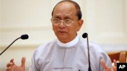 Tổng thống Miến Điện Thein Sein nói chuyện trong cuộc họp báo tại Dinh Tổng thống ở Naypyitaw, Miến Điện 21/10/12