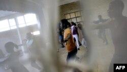 Des écoliers sud-africains prennent des cours de danse à Cape Town, le 30 mai 2006.