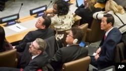 지난 11월 유엔총회 제3위원회 전체회의에 북한 대표로 참석한 최명남 외무성 부국장(왼쪽 두번째)과 북한측 관리들이 북한인권 결의안 투표 결과를 지켜보고 있다.