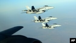 지난해 9월 시리아 내 ISIL 공습에 동원된 미 해군 소속 F-18E 전투기들이 이라크 상공에서 공중 급유를 받은 후 비행하고 있다. (자료사진)