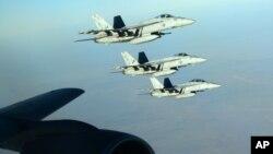 지난 23일 시리아 내 ISIL 공습에 동원된 미 해군 소속 F-18E 전투기들이 이라크 상공에서 공중 급유를 받았다.