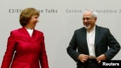 Kepala Kebijakan Luar Negeri Uni Eropa, Catherine Ashton (kiri) dan Menlu Iran Javad Zarif melakukan pertemuan di Jenewa, Kamis (7/11).