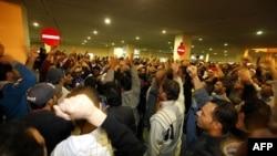 Nhiều người tụ tập để tỏ lòng thương tiếc và phản đối đối với việc người biểu tình bị cảnh sát chống bạo động tấn công tại Manama