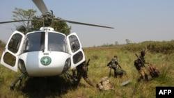 Ba rangers bazali kokita na hélicoptère na parc ya Garamba, na Ituri, RDC, 7 février 2016.