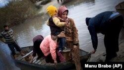 Asi Nehri'nden sınırı derme çatma sandallarla geçerek Hacıpaşa köyünden Türkiye'ye giriş yapan Suriyeli sığınmacı ailesi (2012)