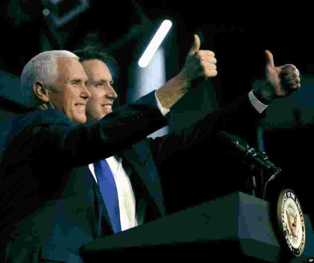مایک پنس، معاون رئیس جموری آمریکا در شهر کانزاس سیتی ایالت میزوری در کمپین حمایت از نامزدان حزب جمهوریخواه در انتخابات میان دوره ای کنگره آمریکا