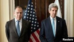 ລັດຖະມົນຕີການຕ່າງປະເທດ ສຫລ ທ່ານ John Kerry (ຂວາ) ແລະລັດຖະມົນຕີຕ່າງປະເທດຣັດເຊຍ ທ່ານ Sergei Lavrov ຖ່າຍຮູບຮ່ວມກັນ ກ່ອນພົບປະກັນ ຢູ່ບ້ານພັກ ເອກອັກຄະລັດຖະທູດ ສຫລ ປະຈຳກຸງລອນດອນ (14 ມີນາ 2014)