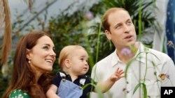 Hoàng tử Anh William và vợ Kate, Công tước xứ Cambridge thăm Bảo tàng Lịch sử Tự nhiên ở London, nhân sinh nhật đầu tiên của hoàng tử George, 21/7/2014.
