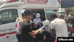 ဆႏၵျပစဥ္ ပစ္ခတ္မႈေၾကာင့္ ဒဏ္ရာရသူတဦး ၾကက္ေျခနီအဖြဲ႔က ကုသေနစဥ္ (ဓါတ္ပုံ IFRC website)