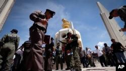 Polisi setempat memeriksa lokasi penembakan yang menarget para demonstran anti-pemerintah di sekitar Monumen Demokrasi, Bangkok, Thailand (15/5). Dua orang dilaporkan tewas dalam serangan tersebut.