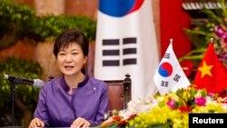 지난 9일 베트남을 방문한 한국 박근혜 대통령이 하노이 대통령궁에서 가진 기자회견에서 발언하고 있다.