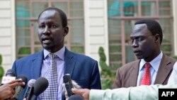 Lul Ruai Koang (G), porte-parole militaire de l'Armée populaire de libération du Soudan (APLS) et James Gatdet Dak, porte-parole du chef de l'opposition Riek Machar (D), à Addis Abeba le 9 mai 2014.
