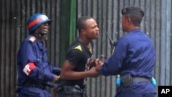 La police en train d'arrêter un manifestant à Kinshasa, 19 janvier 2015.