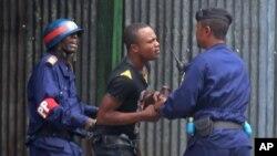 Des policiers arrètent un manifestant à Kinshasa, 19 janvier 2015