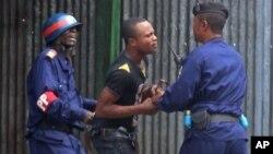 Un jeune congolais arrêté lors des manifestations contre la modification de la loi électorale du 19 janvier 2015 à Kinshasa, RDC.