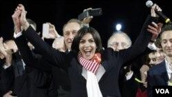 프랑스 파리의 첫 여성 시장에 당선된 안 이달고 당선자가 30일 환호하고 있다.