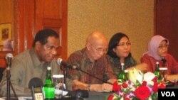 Menteri Negara Lingkungan Hidup, Profesor Balthasar Kambuaya (kiri) mengumumkan hasil penilaian PROPER 2011 di Jakarta (30/11).