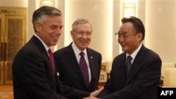 Demokrat senator Garri Rid (o'rtada) Xitoy Xalq Kongressi a'zosi Vu Bangguo va AQShning Pekindagi elchisi Jon Xantsman bilan, Pekin