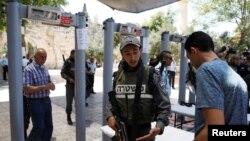 Polisi Israel memasang detektor logam di gerbang masuk tempat suci di kota kuno Yerusalem.
