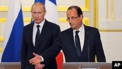 ປະທານາທິບໍດີຝຣັ່ງ ທ່ານ Francois Hollande (ຂວາ) ແລະ ທ່ານ Vladimir Putin ປະທານາທິບໍດີຣັດເຊຍ
