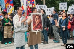 在台灣鬧市區集結的抗議者。 (美國之音記者方正拍攝)